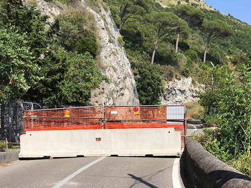 Costiera Amalfitana: strada chiusa dopo l'incendio. Domenica di caos