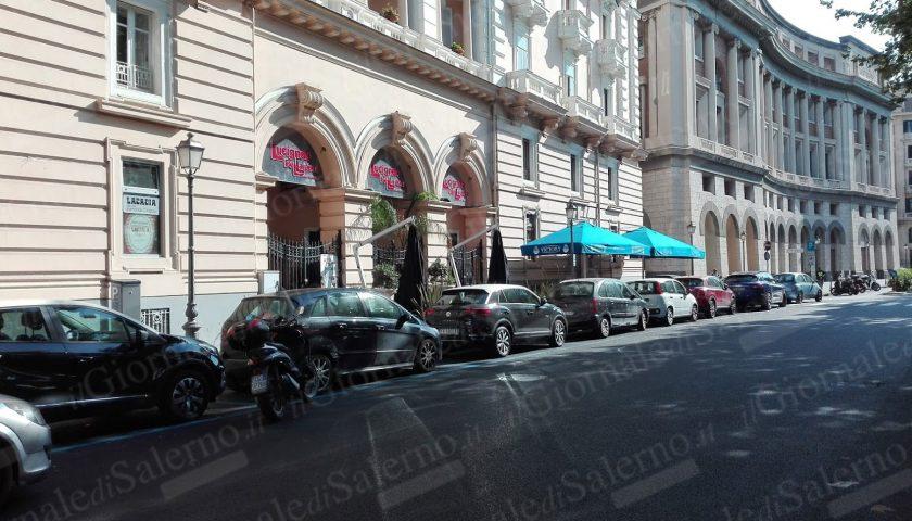 Sorpresa d'agosto per i salernitani: davanti palazzo Edilizia scompaiono le strisce bianche e compare il parcheggio a pagamento. E si pagherà anche davanti alla scuola Barra