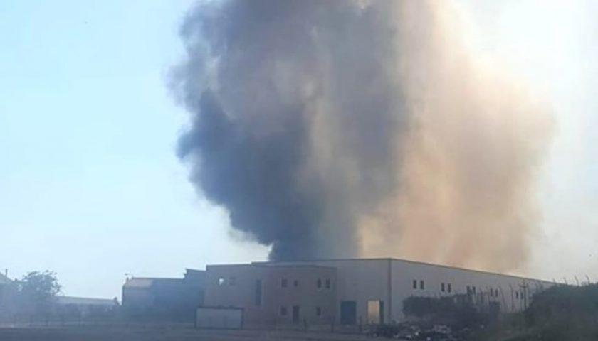 In fiamme azienda di rifiuti speciali tra Eboli e Battipaglia, tensione tra i residenti