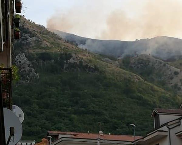 Brucia il monte Monna nei Picentini: notte di paura per i residenti