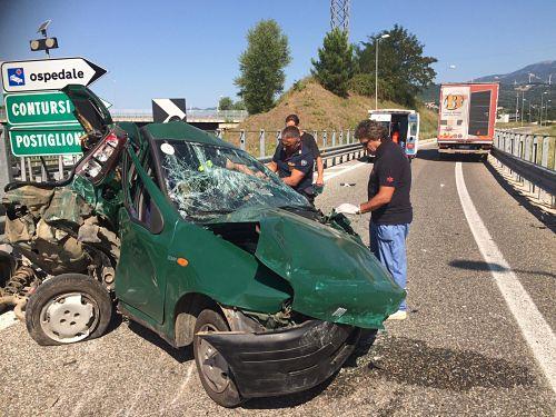 Incidente sull'A2 del Mediterraneo, camion tampona auto: Due persone ferite