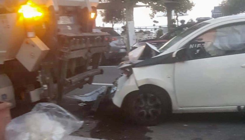Rocambolesco incidente a Minori: speronato mezzo nettezza urbana, operatore salvo per miracolo