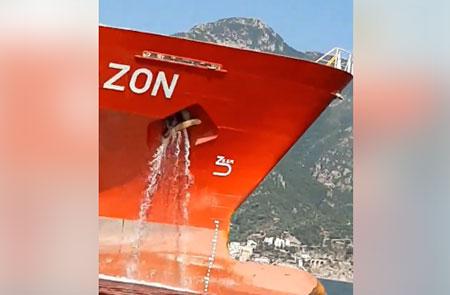 Nave che sversa in mare: la Capitaneria di Porto di Salerno esclude azione d'inquinamento
