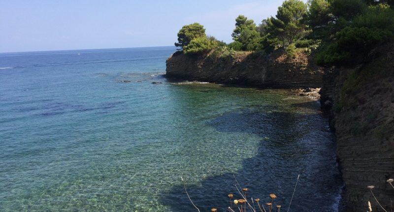 """VIDEO – Getta plastica in mare a Punta Licosa e si filma, il sindaco Spinelli: """"E' un cafone"""""""