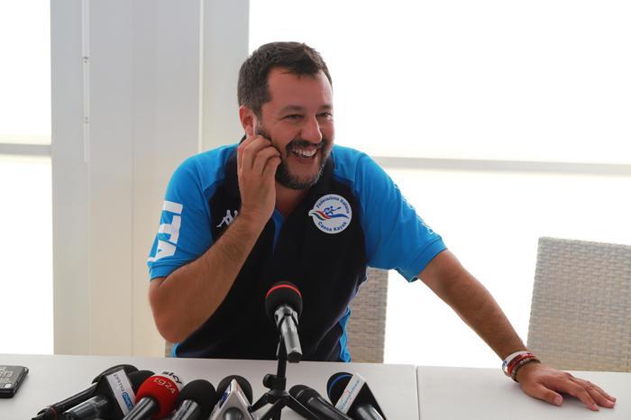"""Riecco Salvini, da Sorrento annuncia: """"De Luca a settembre lo manderemo a fare la spalla di Crozza"""""""