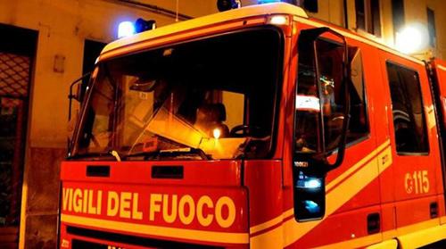 Incendio in una azienda di Roccapiemonte, cittadini chiusi in casa