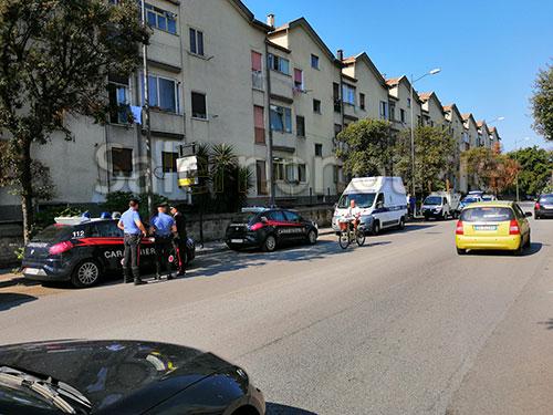 Abusivo vende frutta in strada, blitz di Vigili e Carabinieri