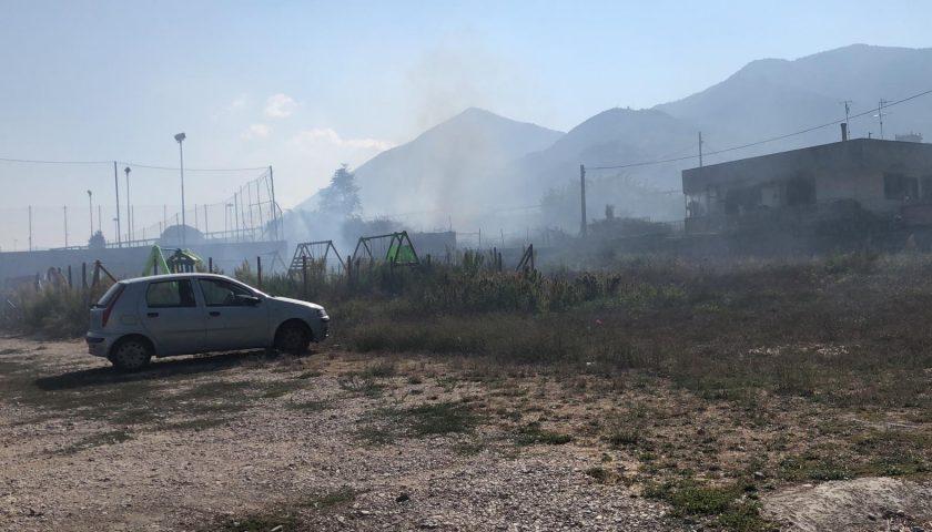 Angri: evacuate due scuole per il denso fumo provocato da un vasto incendio tra Via Cuaprelle e Via Adriana
