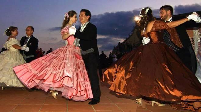 A Ravello domani doppio evento: in piazza il Gran Ballo dell'Ottocento, a Torello il concerto di Tony Esposito