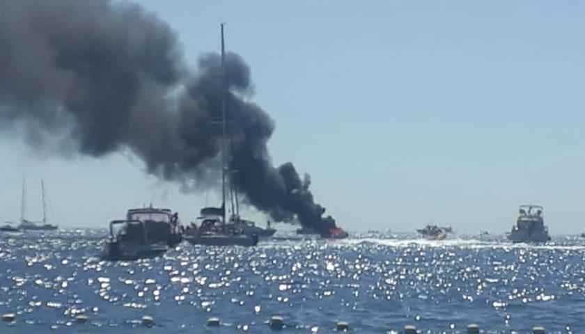Imbarcazione a fuoco nel mare di Cetara, occupanti si tuffano in mare