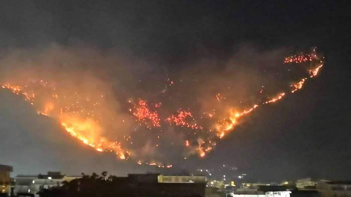 Monti di Sarno ancora in fiamme: 300 evacuati, distrutta una chiesa