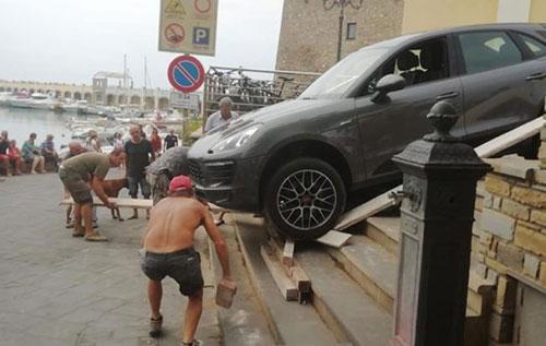 Acciaroli: sbaglia la manovra e finisce con la Porsche sulla gradinata