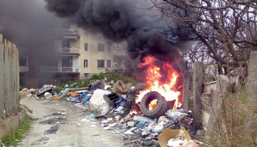 """Bonavitacola sui roghi di rifiuti abbandonati: """"L'unica azione di contrasto esistente è quella della Regione Campania, gli altri fanno solo chiacchiere"""""""