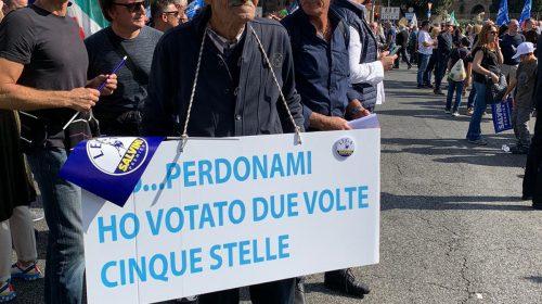 Anziano salernitano scende in piazza a Roma con un cartello: «Perdonatemi… Ho votato due volte Cinque Stelle»