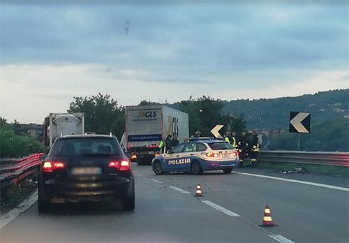 Tir si schianta contro guardrail, traffico in tilt sul raccordo SA-AV in direzione sud