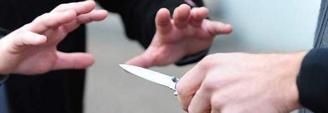 Minacciata col coltello e rapinata, terrore per la ventunenne