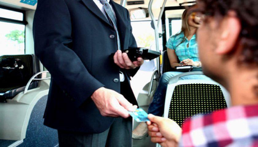 Trovata senza biglietto sull'autobus, aggredisce il controllore