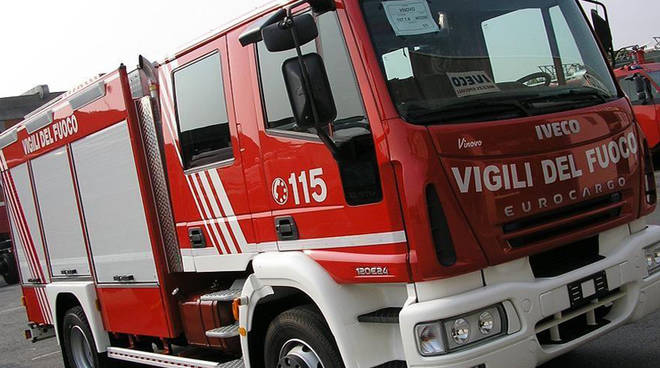 Salerno, incendio in un locale di via Velia