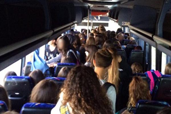Il bus per la scuola è sovraffollato, malore per la studentessa 13enne