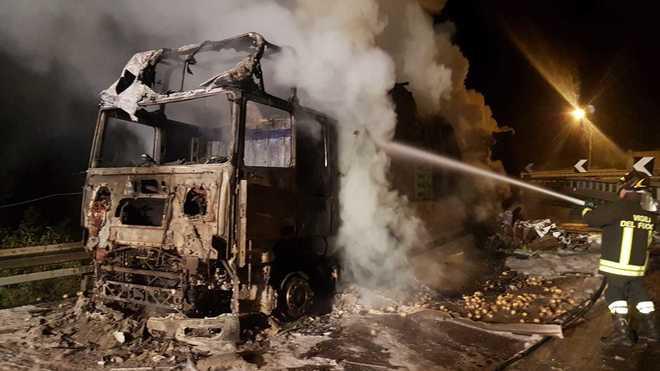 Incidente in autostrada, tir carico di patate in fiamme nella notte sull'A2