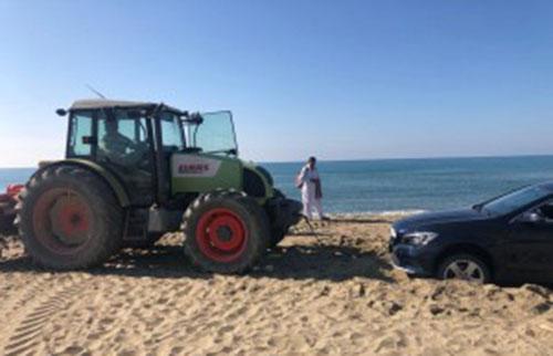 """Capaccio: al mare con l'auto sulla spiaggia, multa salata e veicolo """"arenato"""""""