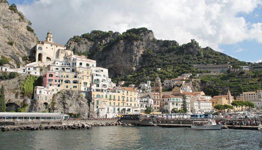 Turisti in giro per Amalfi nonostante il divieto, nei guai due guide