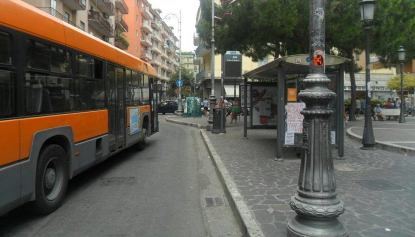 Salerno, borseggiatrice sfila portafoglio a un viaggiatore sul bus: arrestata 44enne