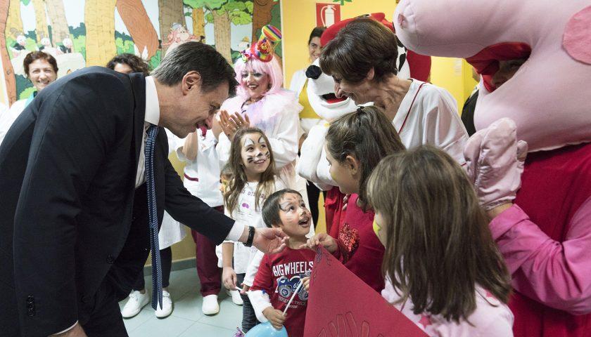 Il presidente Conte in visita ai bambini nel reparto pediatria del San Luca di Vallo della Lucania