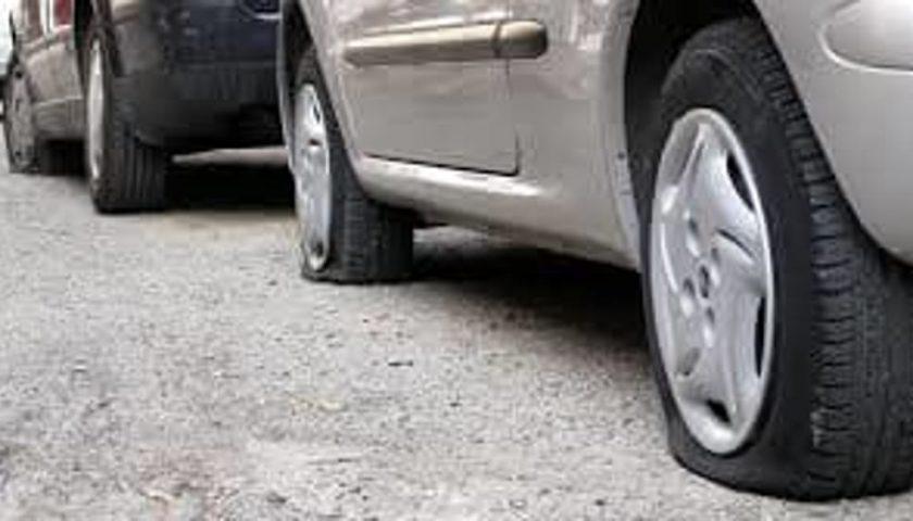 Vandali in via Vernieri a Salerno, balordi si divertono a forare le ruote delle auto in sosta
