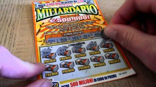 Anziana gratta e vince 500mila euro, tabaccaio in fuga con il biglietto
