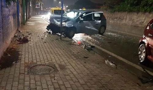 Pioggia battente e asfalto viscido: incidente in Via San Leonardo, 3 feriti