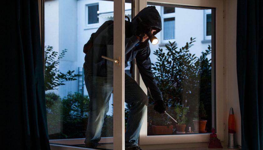 Ad Agropoli ladro acrobata spaventato dai vicini cade dal balcone: grave in ospedale. Complici in fuga con la refurtiva