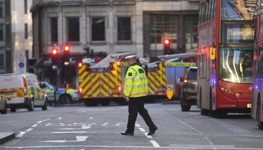 Attacco sul London Bridge, il killer era un islamista in libertà vigilata. A l'Aja è caccia all'autore dell'accoltellamento di tre giovanissimi