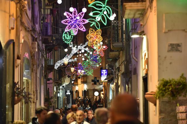 Luci d'Artista in tono minore: costeranno 750mila euro e non ci sarà lo spettacolo nella villa comunale