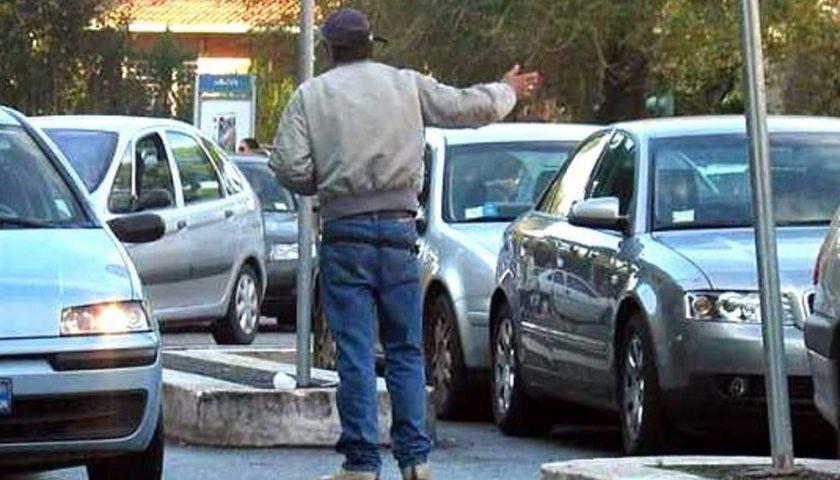 Parcheggiatori abusivi nel mirino dei vigili a Salerno, multe e Daspo