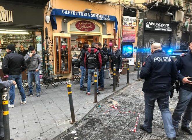 Napoli, agguato alla Pignasecca: uomo gambizzato in un bar. Studenti in fuga