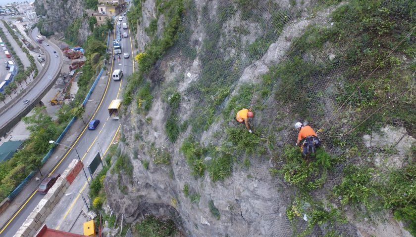 Cadono pietre in strada, rocciatori in azione in via Benedetto Croce