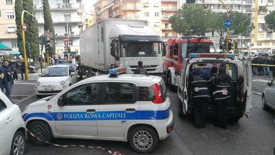 Investita sulle strisce pedonali da un autocarro a Roma, muore salernitana di 42 anni