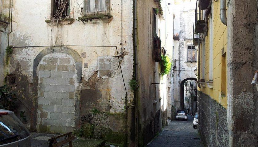 """Parcheggio selvaggio in via Tasso,Roberto Celano: """"Paletti anti-sosta"""""""