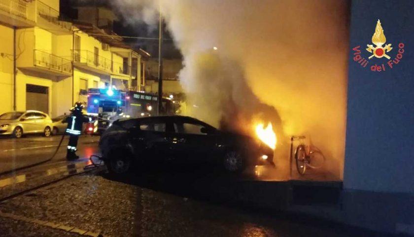 Scafati, auto incendiate nella notte in traversa Catapano: indagini a tutto campo
