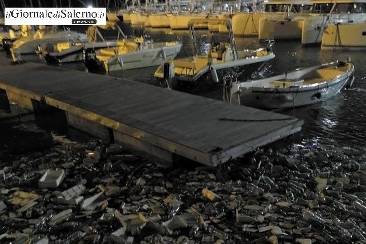 Incredibile mareggiata di plastica al porto di Salerno: