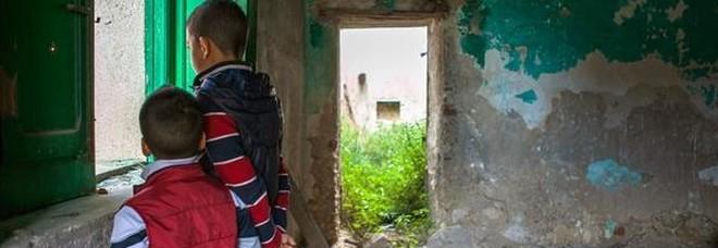 Lascia la scuola con il consenso della madre: lei denunciata, il 12enne può finire in comunità