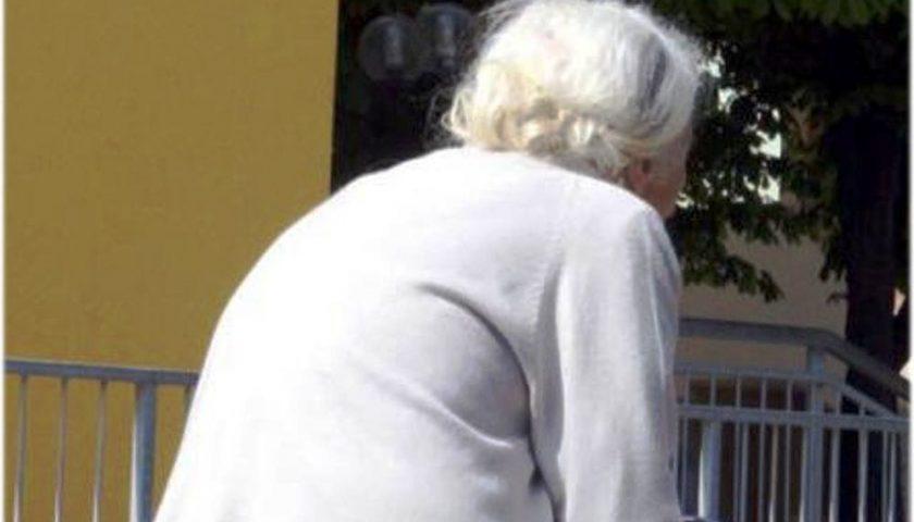 Anziana raggirata per 3mila euro, scopre la truffa e avverte un malore