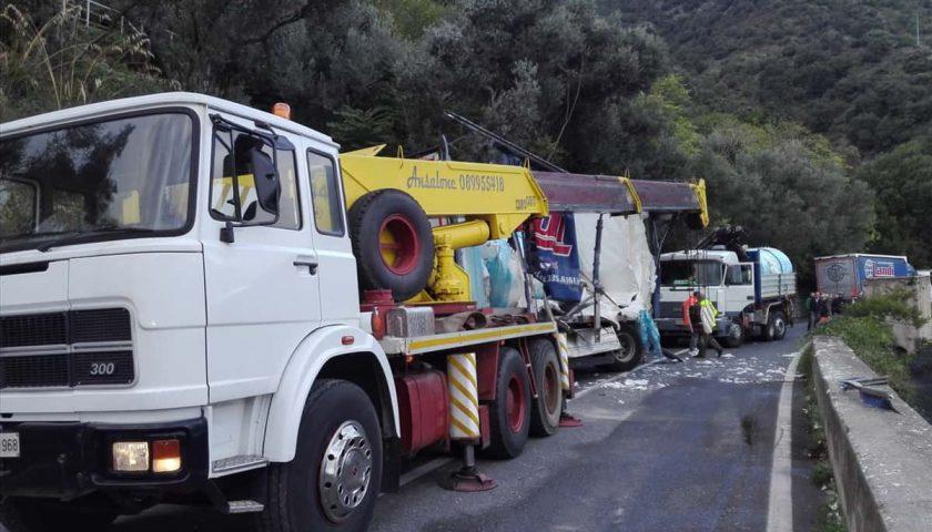 Autoarticolato si ribalta tra Erchie e Cetara, traffico in tilt sull'Amalfitana