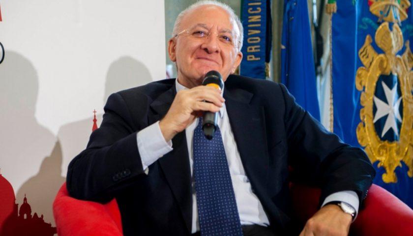 Lanci di sacchetti di spazzatura ad Aversa, colpito il Governatore De Luca