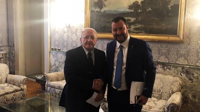 """De Luca lancia le """"sardine"""": «E' la risposta giusta al linguaggio di Salvini. E in Campania fa solo propaganda»"""