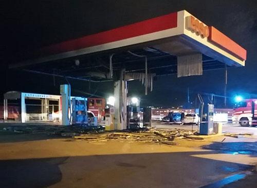 Salerno, incendio distrugge distributore 'Esso' sul Lungomare Colombo
