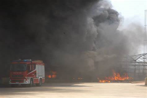 Incendio all'ex discoteca Camino Real di Pontecagnano: colonna di fumo nero visibile da Salerno