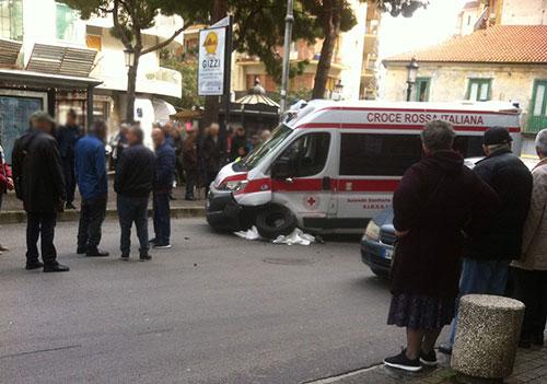 Ambulanza della Croce Rossa sbanda e finisce contro un marciapiedi: paura a Pastena
