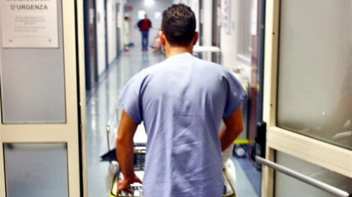 Nocerino rischia di soffocare con un pezzo di pizza, salvato in extremis da un infermiere